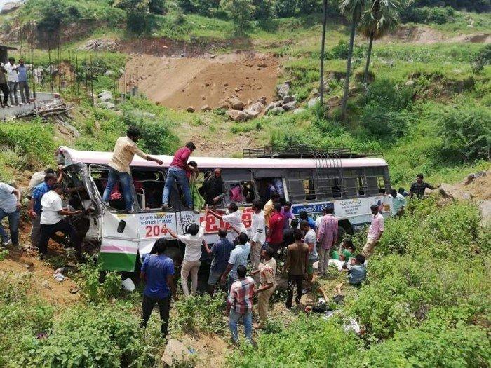 印度超載巴士墜下山谷 至少55人罹難