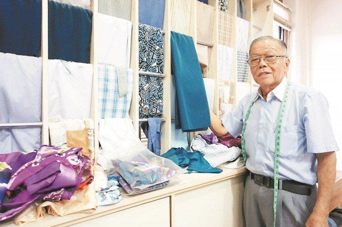 堅持一針一線 老裁縫為自己做衣