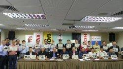 陳寬(前排左4)在張天賜(左3)的陪同下,與一眾會員召開記者會向媒體記者解釋他們所面對的困境。