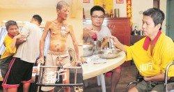 楊玉釵(左起)半身癱瘓,因此需由楊偉傑攙扶移動或坐輪椅,葉生則需靠拐杖才能走路。(攝影:楊金森)