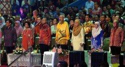 敦馬哈迪(左3)出席在沙巴亞庇舉行的馬來西亞日慶典。左起沙巴首席部長沙菲益阿達、首相夫人敦西蒂哈斯瑪、沙巴州元首敦祖哈、元首夫人杜潘諾麗達、副首相旺阿茲莎及砂拉越副首長道格拉斯。