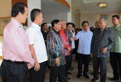 馬哈迪(右2)與沙巴州內閣成員共進早餐,沙首長沙菲宜阿達(右3)一一介紹州內閣成員。