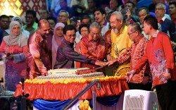 州元首敦朱哈馬希魯(前排右3起)、馬哈迪、沙菲益、哥賓星、道格拉斯(右2)一同切蛋糕,慶祝馬來西亞日。