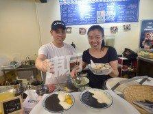 劉鎵敏(右起)和劉珠翼毅然放棄專業,往手藝領域發展。除了繼承衣缽,更為傳統食品豆腐花注入新元素,短短幾個月便闖出名堂。 (攝影:陳啟新)