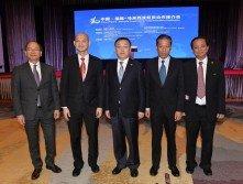 王建民(左2)為「中國福建──馬來西亞經貿合作推介會」 主持開幕后,與一眾嘉賓合影。左起為沙巴副首長拿督斯里 馬迪烏斯登敖、陳辰、邱財加及唐登傑。