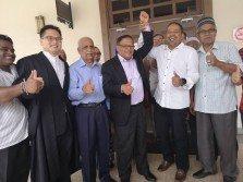 檳高庭宣判打昔汝莪國會大選成績有效,沙布丁(左4)勝出,為合法國會議員。慕沙(左3起)、沙哈依旦及莫哈末尤索夫到庭上給予沙布丁支持。
