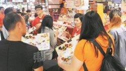 月餅攤銷售員賣力向顧客介紹自家月餅產品。(攝影:徐慧美)
