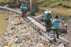 水利灌溉局在隆市河流設置多個垃圾閘,并委任承包商每2周清理一次閘門,每月所收集到的垃圾達10至13噸。(攝影:黃良儒)