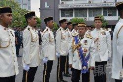 依布拉欣(右2)出席吉隆坡市政局第49年執法日慶典時,校閱儀仗隊。(攝影:顏泉春)