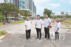 黃孝儒(左2)要求吉隆坡市政局,立即恢復南北花園與雲頂吉冷路的「迷失公路」銜接工程,左起為陳福氣、林偉宏與姚生記。(攝影:黃良儒)