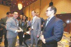 潘偉斯(左)與出席「鋅護鋼免受腐蝕」研討會的鍍鋅領域專才交換名片。