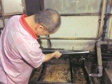 威南其中一家餐館的廚房油漬過濾網,估計逾一個月未清理,發出陣陣腥臭味。