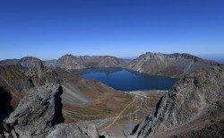 天池是中國和朝鮮的界湖,位於中國吉林省南部,朝鮮兩江道北部,天池是長白山的火山口湖,為中國最深的湖泊。天池也是松花江、圖們江、鴨綠江三江之源。