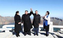 朝鮮最高領導人金正恩與韓國總統文在寅,週四一同登上長白山,二人在天池前緊握對方的手並高高舉起,文在寅夫人在旁高興鼓掌。韓國媒體認為,韓朝領袖同登長白山,有團結的象徵意義。