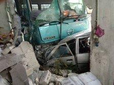 煞車器失靈的羅里在撞向豐田休旅車後,再撞向附近的一間修車廠。