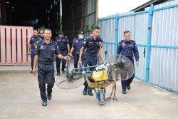 瓜冷縣議會執法人員再次拉大隊到仁嘉隆的洋垃圾廠展開突 擊行動,扣押共計15台機械。