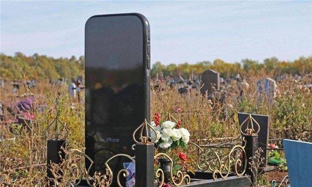俄家屬花約6.2萬定製 「iPhone墓碑」引熱議
