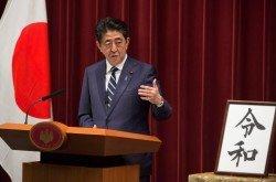 日本首相安倍晉三在週一的記者會上,就新年號公佈後演說。