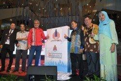 卡立沙末(左3)推介2020年吉隆坡世界圖書之都的標誌。右為國家圖書館總監拿督納菲莎,右3為依布拉欣尤索夫。
