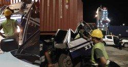 貨櫃不知何故壓在羅里車頭,導致羅里司機遭夾在司機座上,被送院急救,目前情況穩定。