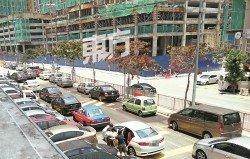 吉隆坡雙重停車問題屢見不鮮,惟在停 車位不足的情況下,違停問題幾乎避無 可避。圖為甲洞地區雙重停車的情況。