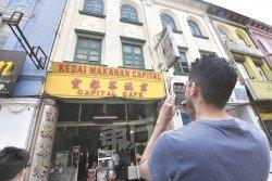 市民漫步在試驗封路的1公里路段,就會發現深受三大民族喜愛的京城茶餐室,售賣包括清真海南面、羅惹以及印尼飯,白天匯集不少當地人與上班族,一到晚上販售沙爹更受到不少人青睞。(攝影:伍信隆)