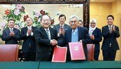 敦達因(前排右)日前在北京與中方就東海岸鐵路計劃的談判交換補充協 議,在成本大幅削減下,重啟東鐵計劃。
