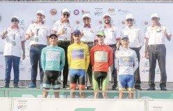 馬哈迪(后排左4)頒獎給2019年環浮羅交怡腳車賽的得獎選手。后排左2起沈志強、賽沙迪及 慕克里茲。