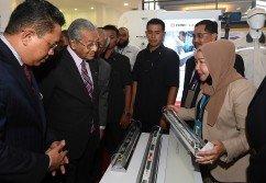 敦馬哈迪(左2)參觀本地鐵路工業創新展覽;左為首相署副部長拿督法力。