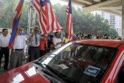 卡立沙末(左2)在吉隆坡市長諾希山(左)陪同下,為新路揭開序幕。
