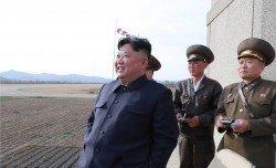 朝鮮官媒週三發布的照片顯示,朝鮮最高領導人金正恩在未公開的地點監督空軍演練。(圖片取自:朝中社/法新社)