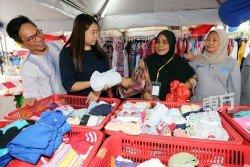 廖彩彤(左2)在「免費市集」活動上與受惠民眾互動。右為旺瑪希達。(攝影:劉維杰)