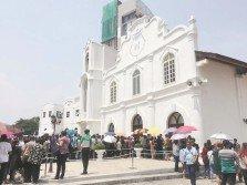 基督徒們頂著艷陽在教堂前排隊準備進入教堂進行受難節聚會及彌撒。