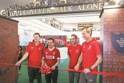 大馬渣打銀行首席執行員阿布拉安華(左2),與利物浦名宿希比亞(右起)、麥阿蒂爾以及麥馬納曼在仿製的香克利大門前,主持剪彩儀式。