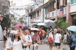 旅遊經濟活動可影響在地文化習俗,也可重新帶動地方發展與人群連結。圖為檳州古蹟區入遺后迎來了許多遊客。