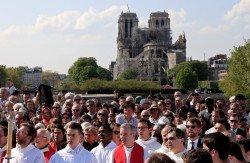 法國巴黎聖母院附近,信徒們在巴黎大主教和巴黎聖母院大主教的主持下參與遊行,紀念耶穌受難日。雖然巴黎聖母院在聖周前遭遇火劫而關閉,但「十字架行進儀式」仍在巴黎聖母院周圍舉行。