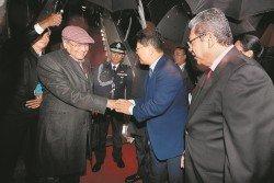 首相馬哈迪(左)抵達北京時,受到中國駐馬大使白天(右2)的歡迎。右為外交部長賽夫丁阿都拉。