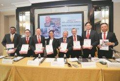 劉團源(左5)與公司各區域主管以銀行機構代表,出席招股書推薦儀式。