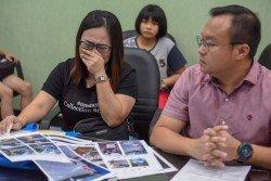 黃美君(左)向媒體敘述父親發生車禍的經過時,不禁哽咽落淚。右為游佳豪。