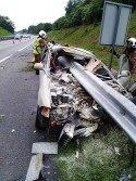 轎車失控撞向路旁欄杆,卻被欄杆插進車內,導致司機重傷斃命。