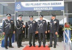 弗茲(中)今日出席十五碑警區開幕禮時,與吉隆坡總警長拿督斯里瑪茲蘭(左2)握手;左 起為十五碑警區主任魯斯蘭助理總監、武吉安曼行政部總監拿督阿都拉欣及吉隆坡副總警長拿 督羅斯蘭白。