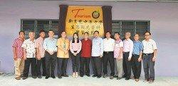 廖彩彤(左6)為新文龍中華中學生態觀光科實習旅館主持開幕。左3起:陳順南、陳錦洲、李保康、陳廷欽及蕭慶璋。