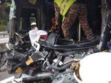 消拯員動用工具,將死者遺體從司機座移走交由警方處理。