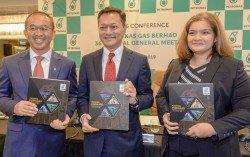(左起)卡瑪巴林、安華泰益及莎麗扎莎里斯,一同出席股 東大會后的記者會。