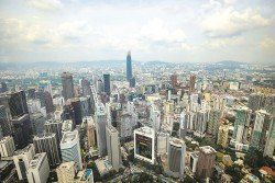 高樓聳立的吉隆坡在蓬勃發展的洪流中,依然存在著房屋、交通、城市貧窮和城郊文化衝突的問題。
