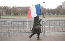 法國採取獨立自主的外交、國防和經濟政策,擺脫美國主導,從而維持法國的大國地位。圖為法國首都巴黎,民眾持著國旗走在街頭。