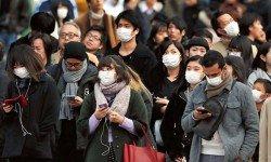 近日,日本遭到流感肆虐,據上周在日本全國醫療機構就診的民眾人數推算,流感患者已經增加到222萬6000人,創下新高。這是紅綠燈前,日本民眾紛紛戴上口罩,以防感染流感。