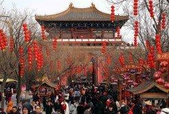 中國春節消費額,被視為預測未來一年消費情況的重要指標。這是人潮湧動的遊客在河南省開封市清明上河園內遊覽。