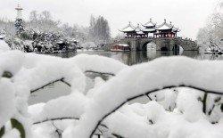 受到兩股冷空氣影響,中國當局呼籲需密切關注積雪和路面結冰對春運返程的影響。這是遊客們站在江蘇省揚州市瘦西湖的五亭橋上,觀賞雪後風光,畫面猶如一幅詩情畫意的水墨畫