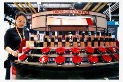 美妝產品是中國單身經濟最被看好的產業之一。這是上海舉辦的首屆中國國際進口博覽會上,工作人員整理擺放在櫃檯上的美妝產品。